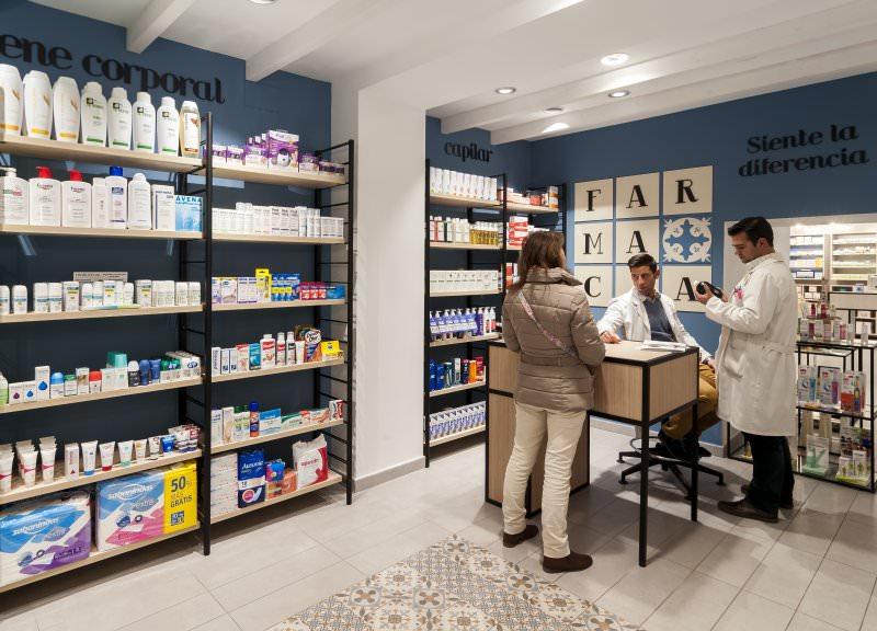 Diseño y reforma de farmacias moderna en Albacete. Mostradores para farmacias.