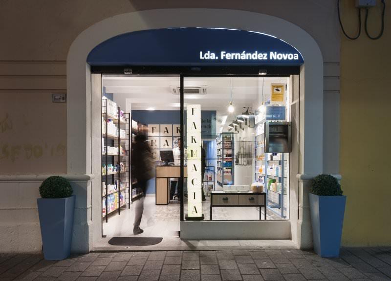 Diseño y reforma de farmacias modernas en Albacete. Diseño entrada farmacia Fernández Novoa.