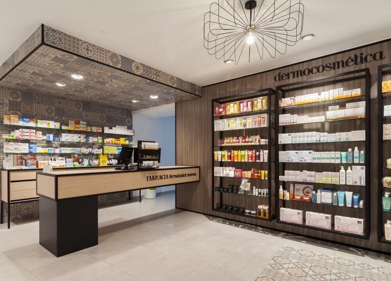 Diseño y reforma de farmacias modernas en Albacete. Mostradores de producto y mobiliario moderno para farmacias.
