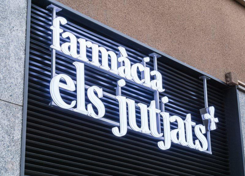 Diseño y reforma de farmacias modernas en Mataró. Rótulos farmacias.