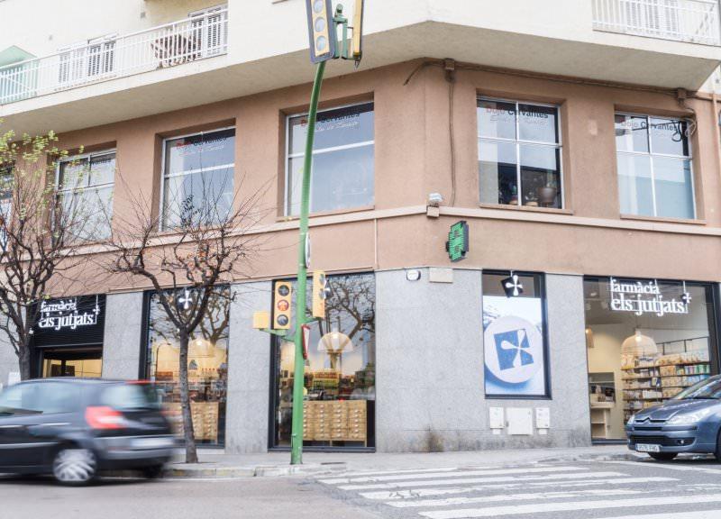 Diseño y reforma de farmacias modernas en Mataró. Fachada exterior.