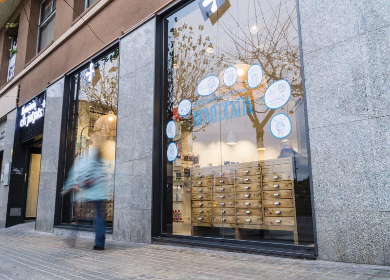 Diseño y reforma de farmacias modernas en Mataró. Fachada exterior farmacias.