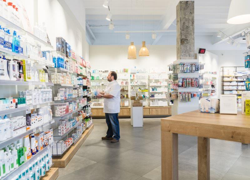 Diseño y reforma de farmacias modernas en Mataró. Farmacia sin mostradores.