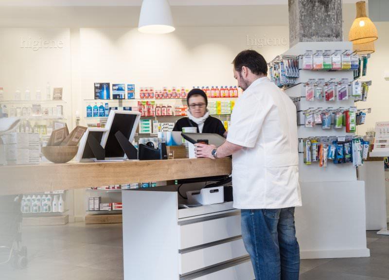 Diseño y reforma de farmacias modernas en Mataró. Farmacias sin mostradores.