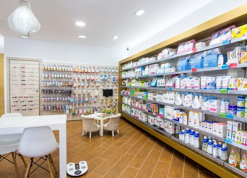Diseño y reforma de farmacias modernas en Canarias. Expositores para farmacia Infinito.