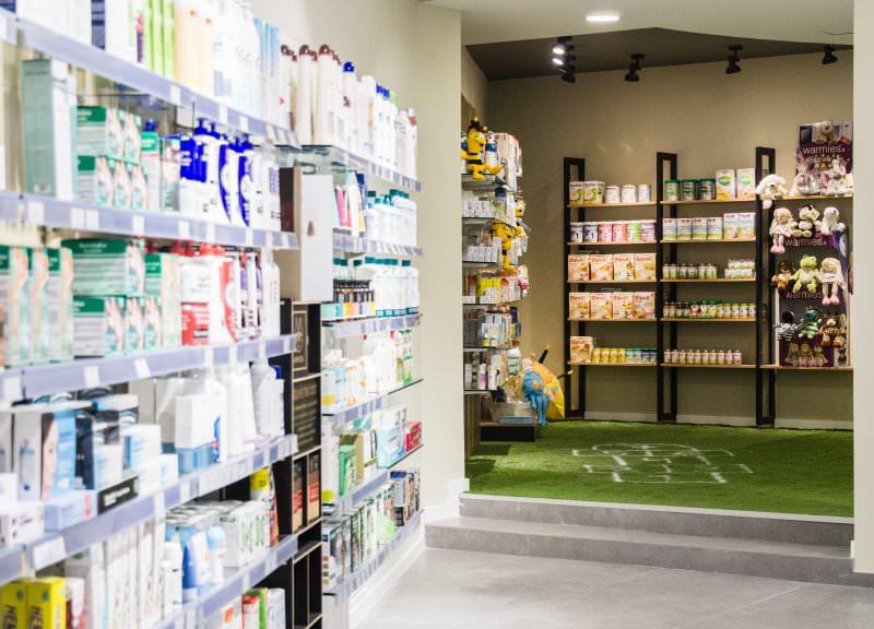 Diseño y reforma de farmacias modernas en Girona. Parafarmacia.