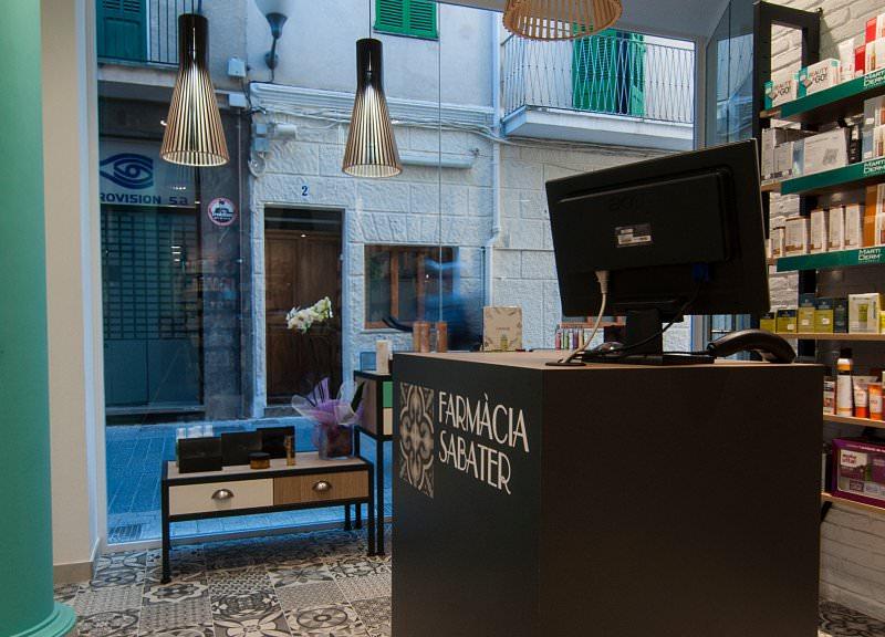 Diseño y reforma de farmacias modernas en Baleares. Mostradores y accesorios para farmacias.