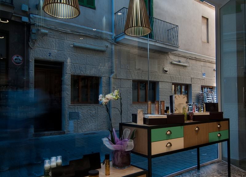 Diseño y reforma de farmacias modernas en Baleares. Mobiliario moderno para farmacias.
