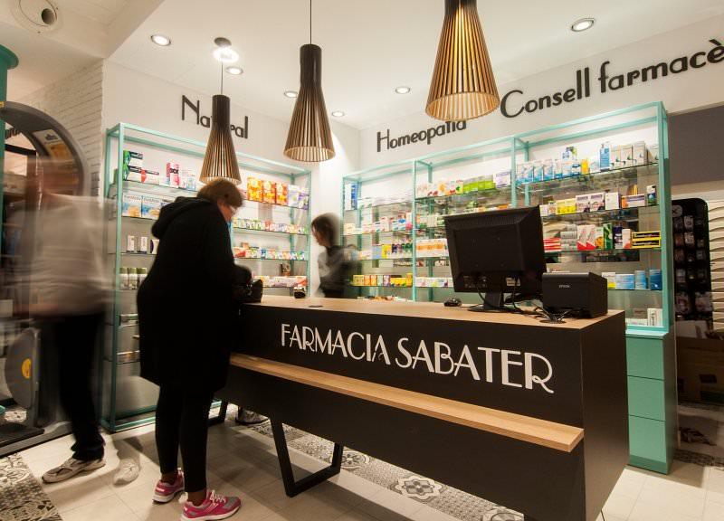 Diseño y reforma de farmacias modernas en Baleares. Mostradores para farmacias.