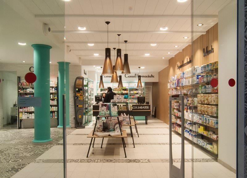 Diseño y reforma de farmacias modernas en Baleares. Entrada farmacia Sabater