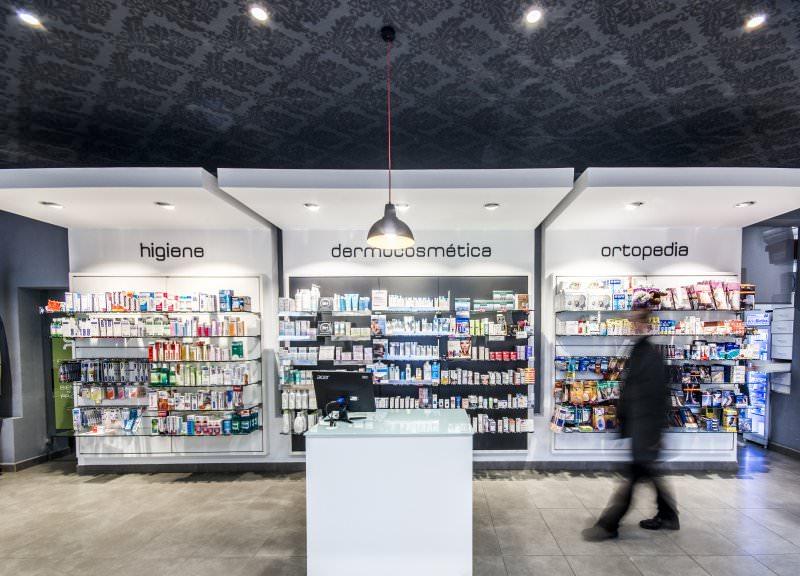 Diseño y reforma de farmacias modernas en Madrid. Mostradores para farmacias.