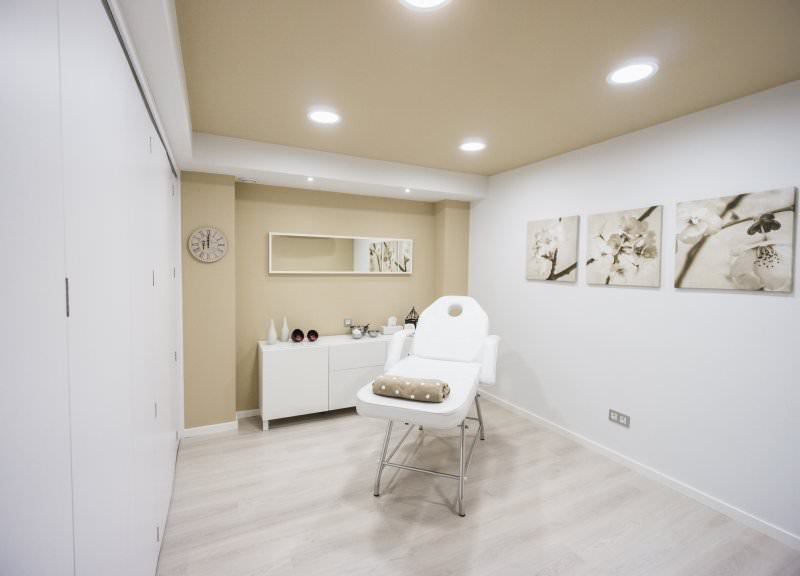 Diseño y reforma de farmacias modernas en Zaragoza. Mobiliario para farmacias.