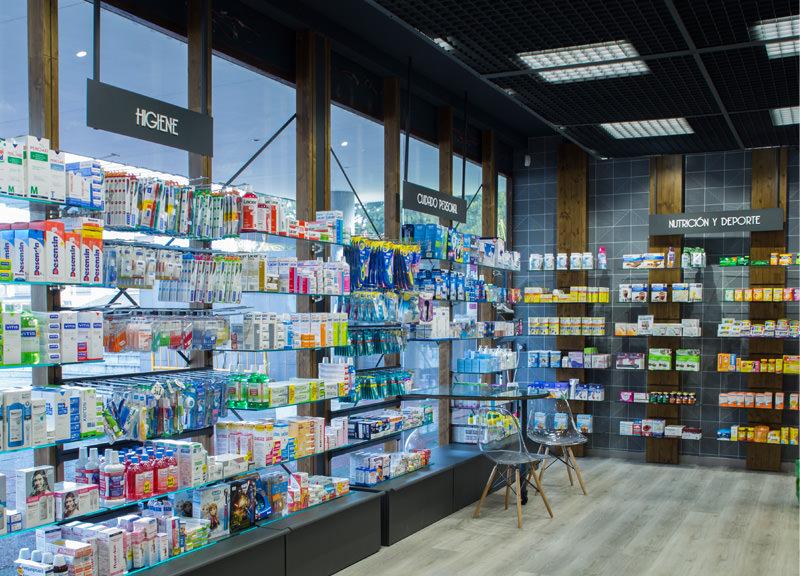 Diseño y reforma de farmacias modernas en Madrid. Expositores para farmacia Santa Mónica.
