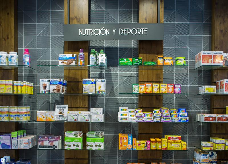 Diseño y reforma de farmacias modernas en Madrid. Expositor para farmacia nutrición y deporte.