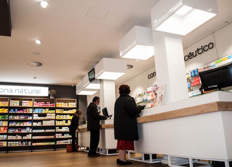 Diseño y reforma de farmacias modernas en Zaragoza. Mostradores modernos de farmacia Senante Actur.