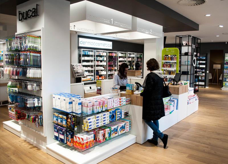 Diseño y reformas de farmacias modernas en Zaragoza. Diseño de mostradores para farmacias modernas.