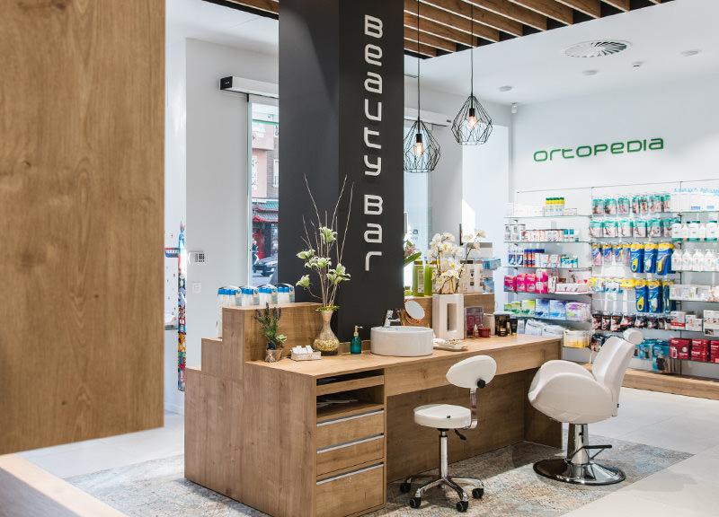 Diseño y reforma de farmacias modernas en Zaragoza. Mobiliario moderno para farmacia en madera.