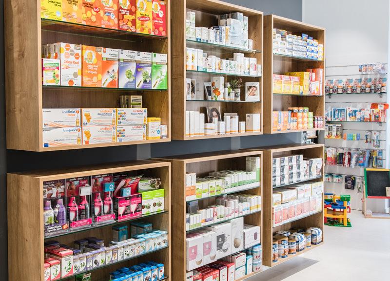 Diseño y reforma de farmacias modernas en Zaragoza. Estanterías modernas para farmacias en madera.